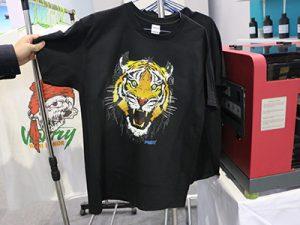 Melnā T krekls displejs